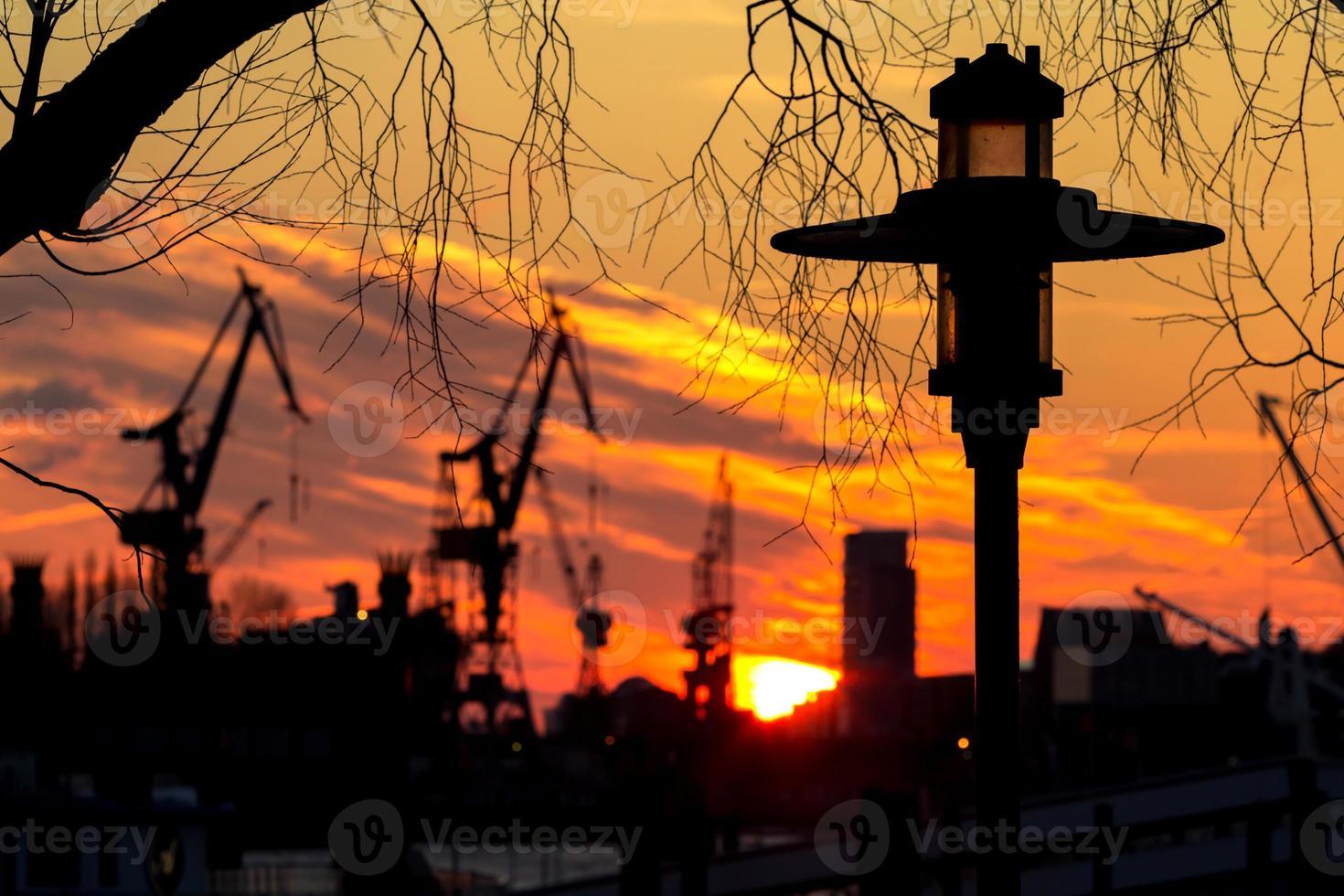 silueta de puerto en hamburgo foto