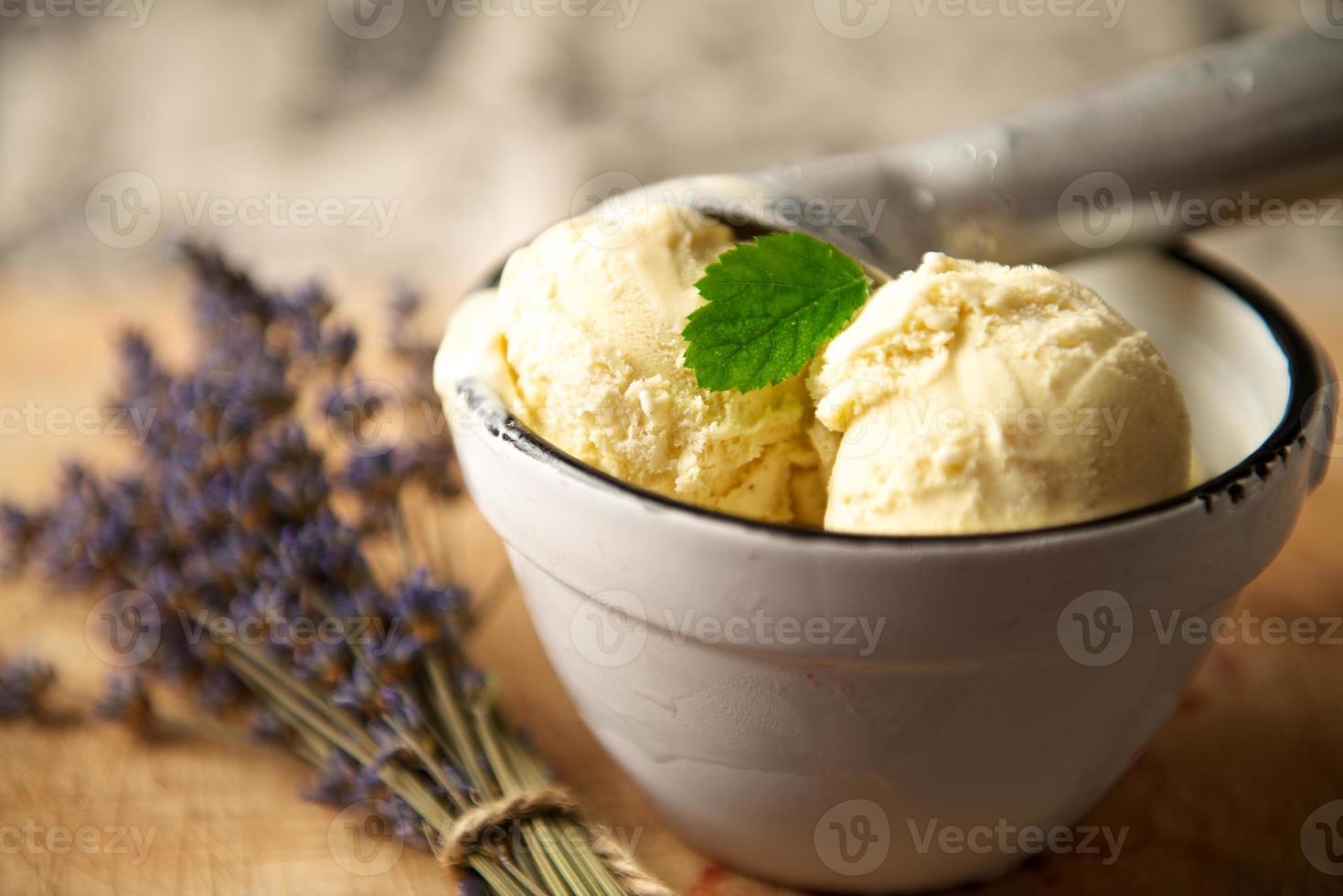 bolas de helado en una fuente con lavanda foto