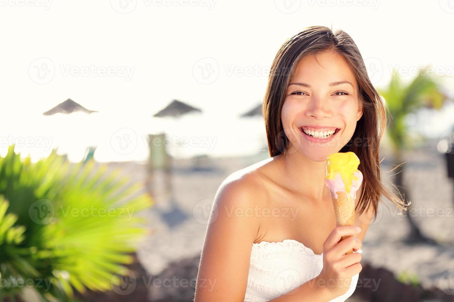 mujer comiendo helado foto