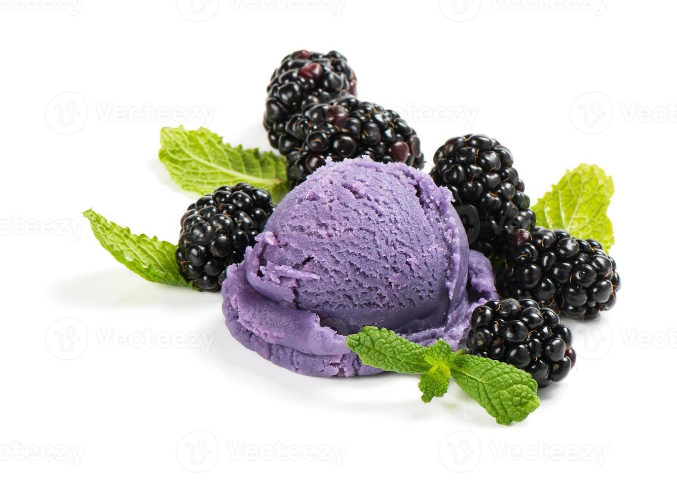 helado de zarza con bayas y menta foto