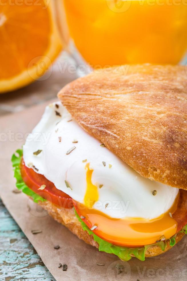 hamburguesa con huevo y tomate foto