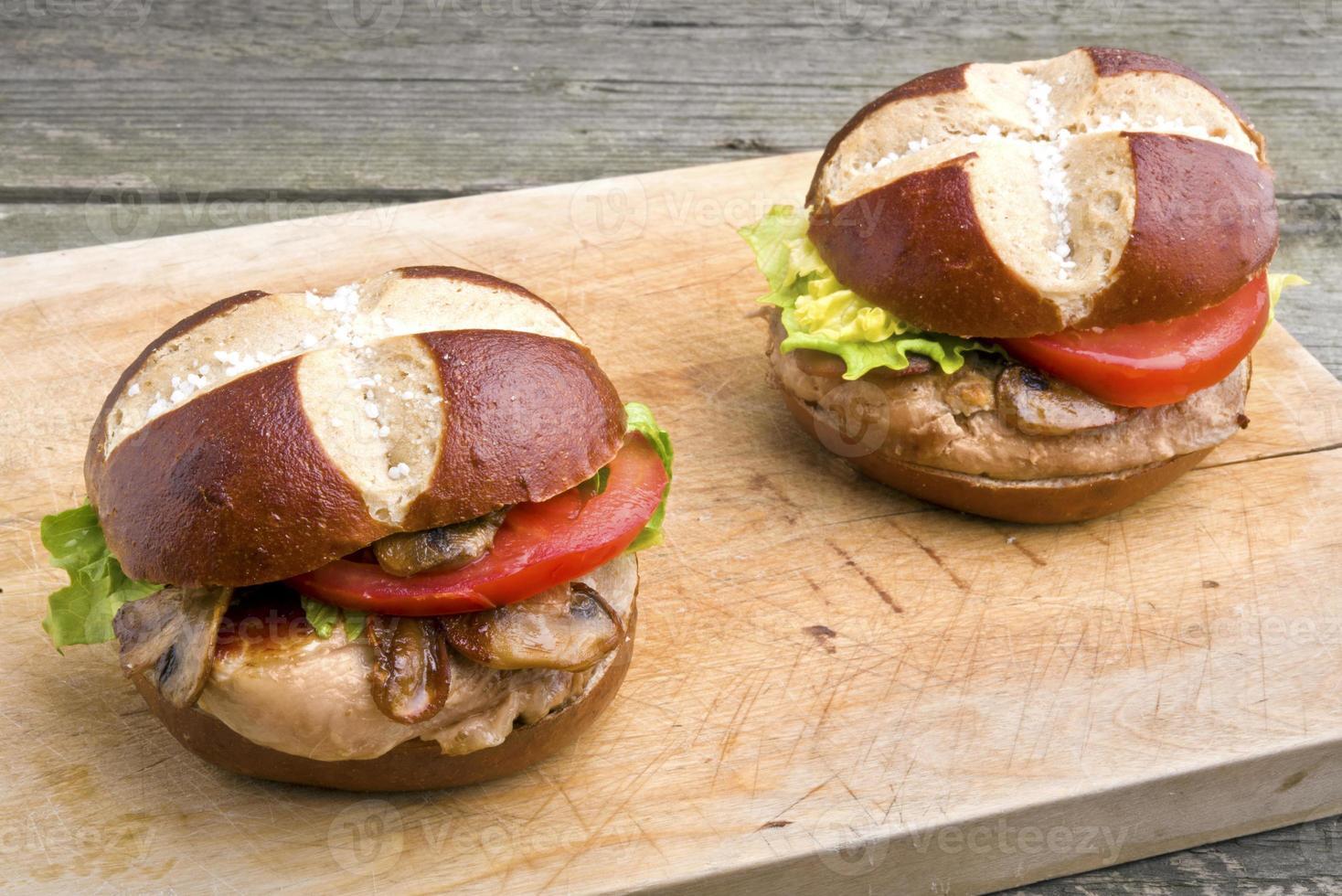sándwich de filete de cerdo a la parrilla (hamburguesa) con champiñones foto
