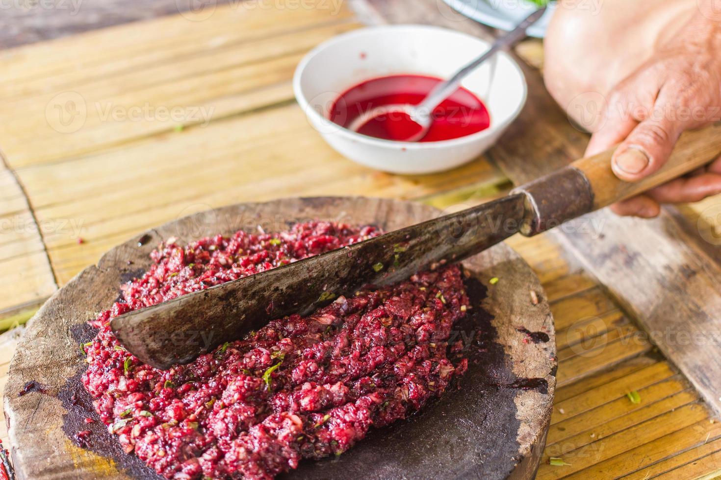 carne cruda orgánica en bloque de madera foto