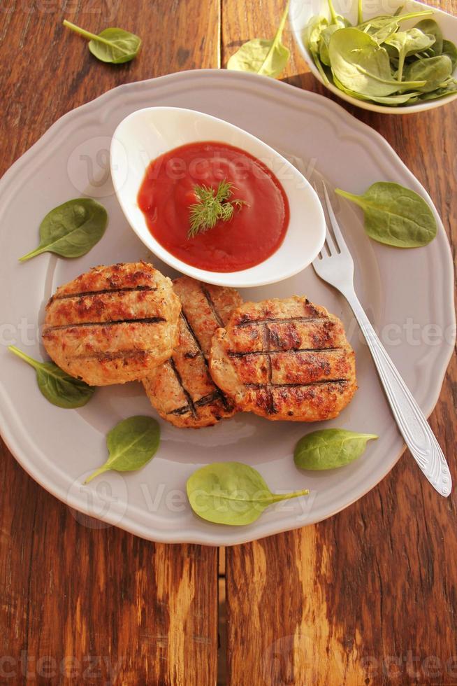 polpette alla griglia con salsa di pomodoro foto