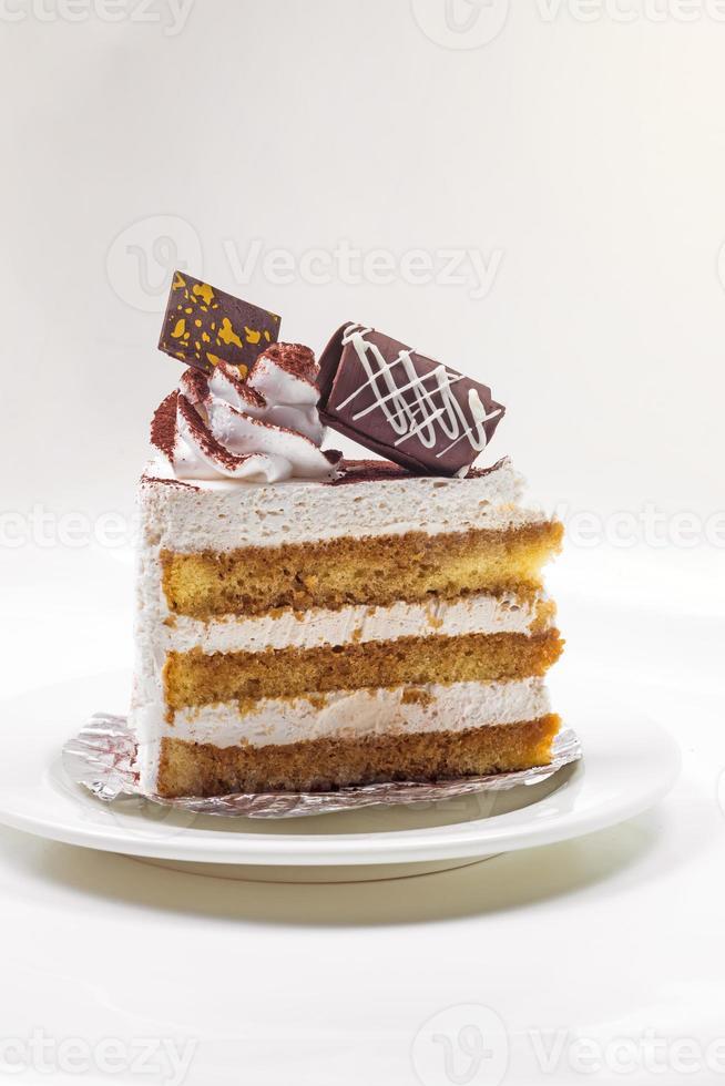 pastel de tiramisú en fondo blanco foto