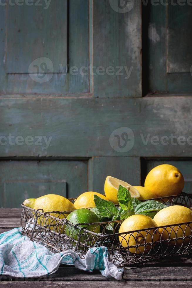 limones, limas y menta foto