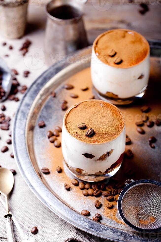 Tiramisú con sabor a café y ron en vasos de vidrio foto