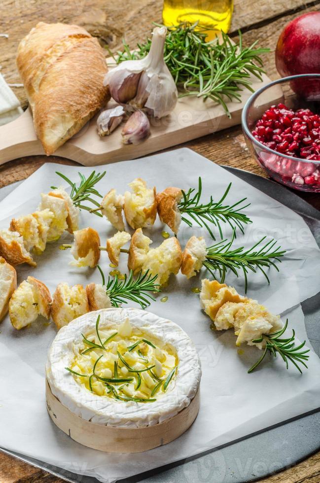 preparándose para camembert al horno con ajo y romero foto