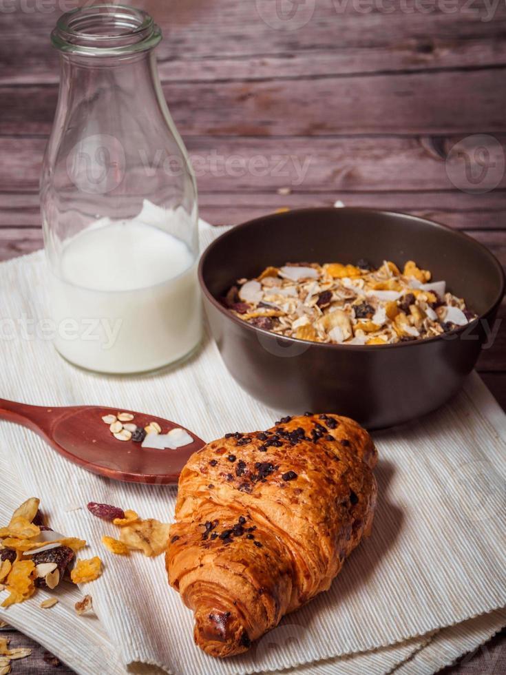 croissant, cereales y leche foto