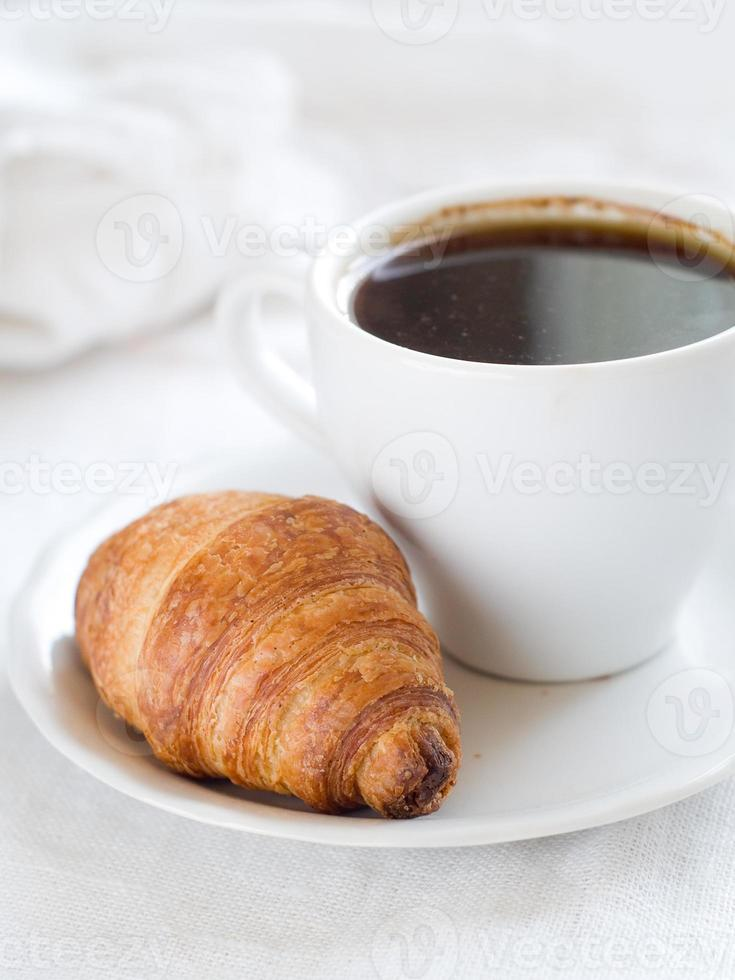 croissant con café foto