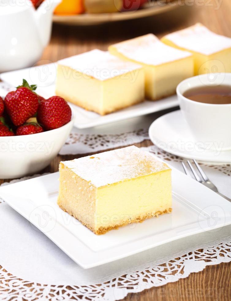 tarta de queso servido con fresas foto