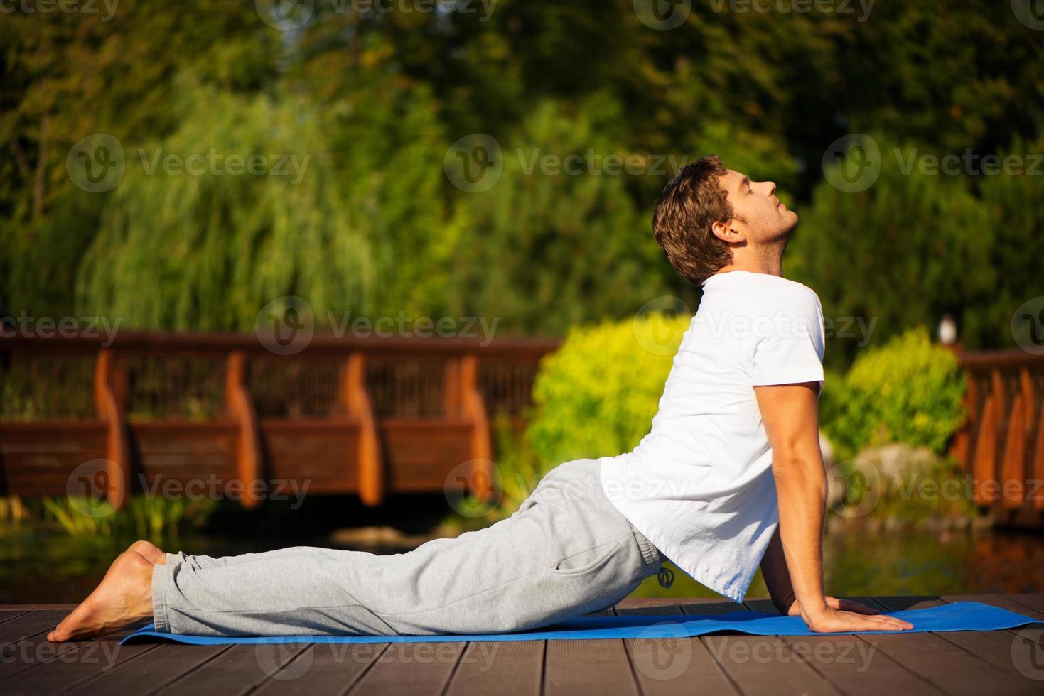 hombre de yoga en pose de cobra foto