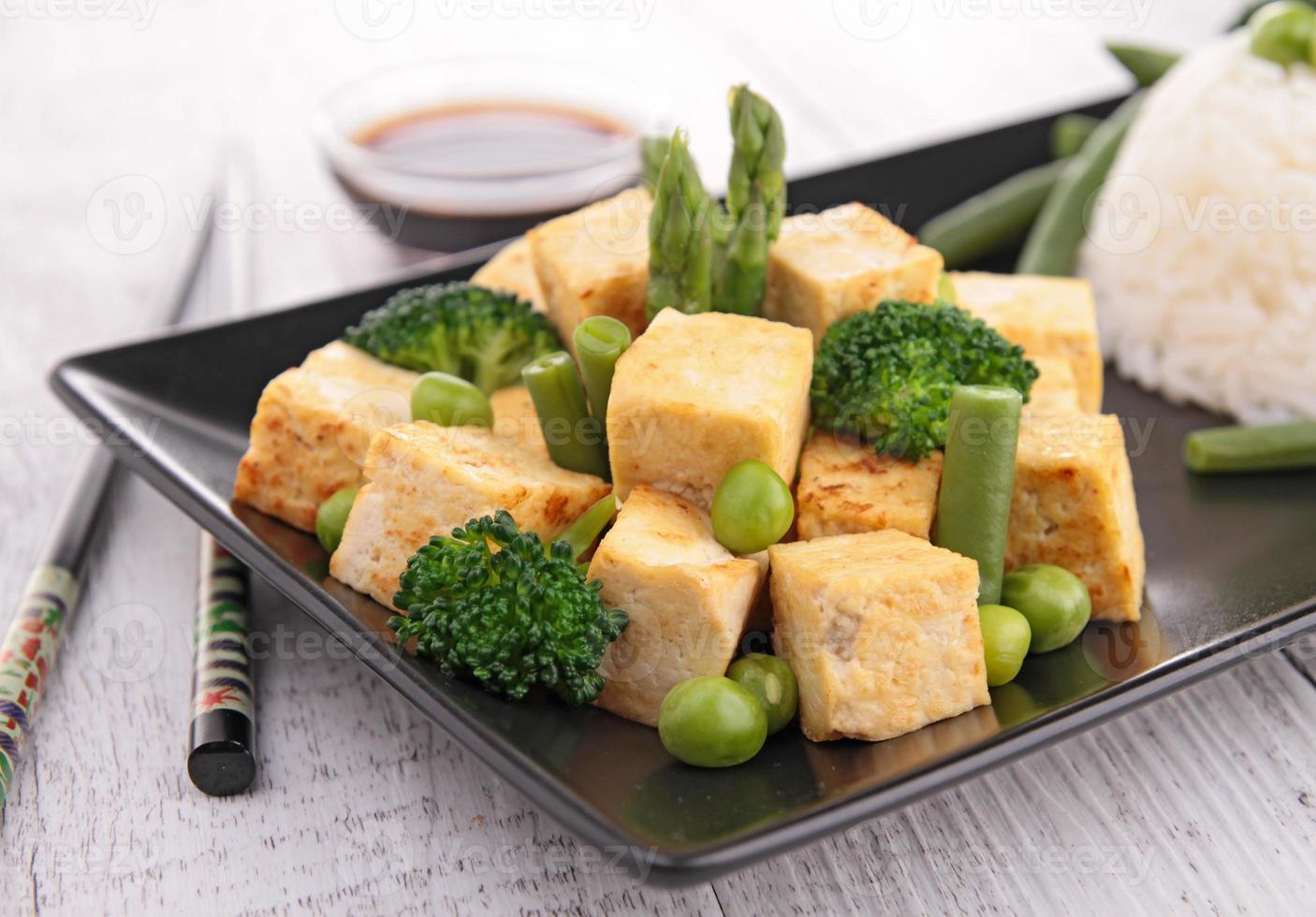 tofu a la plancha con verduras y arroz foto