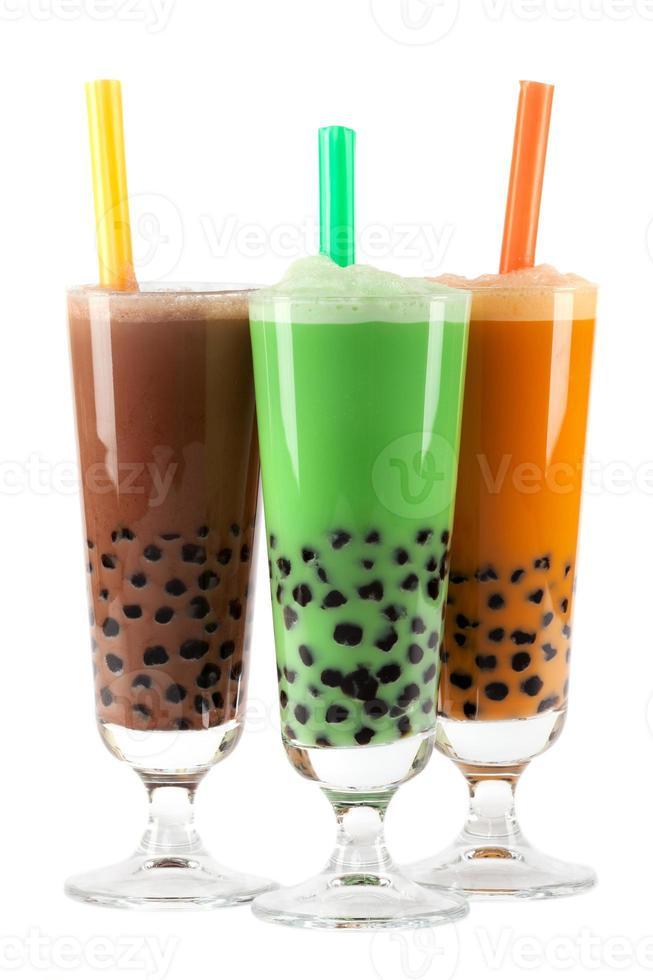 tés de burbujas marrones, verdes y naranjas con pajitas de colores foto