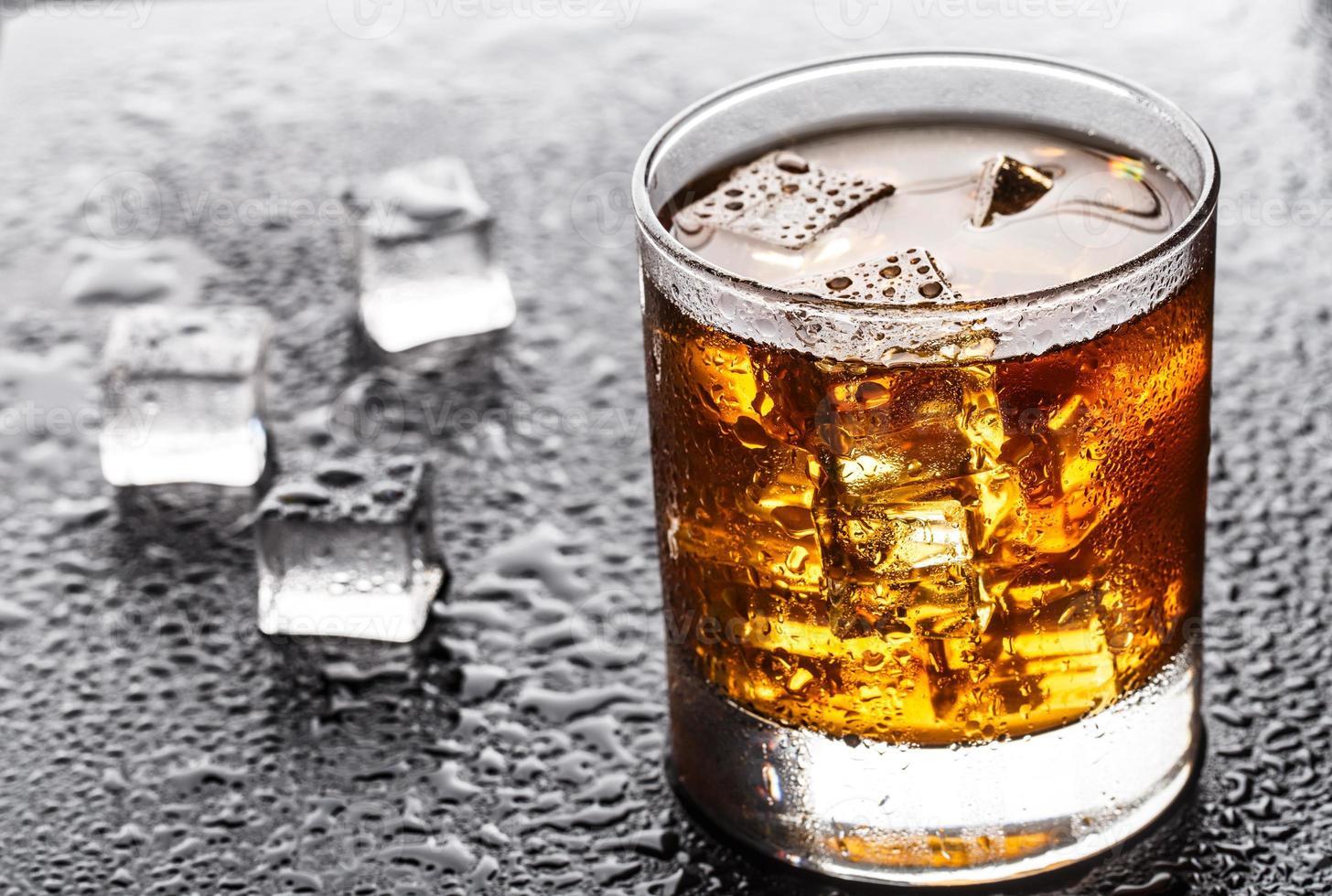 vaso con bebida alcohólica foto