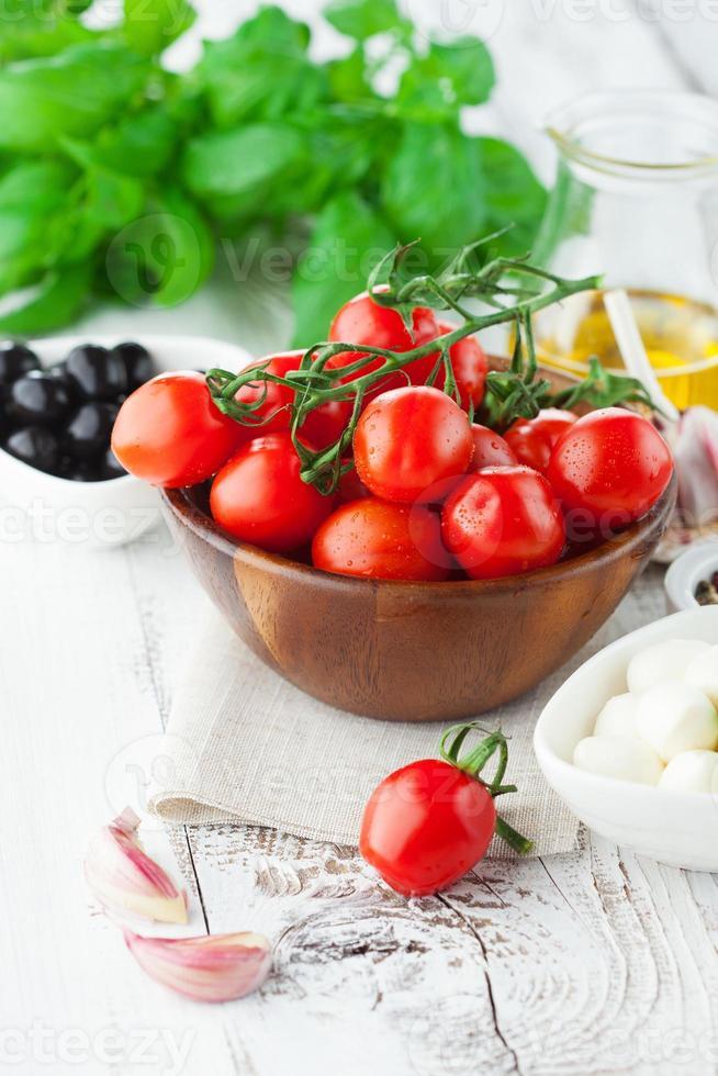 tomate y mozzarella con hojas de albahaca foto