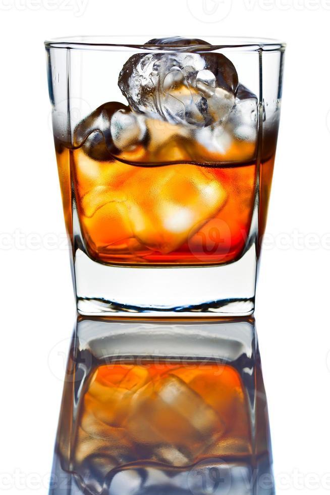 whisky withl ice aislado en blanco foto