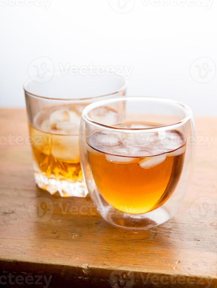 whisky en vasos en la mesa de madera foto