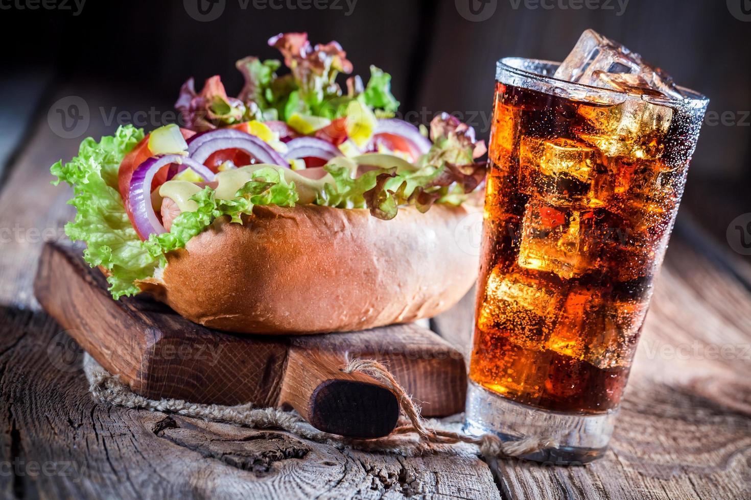 sabroso hot dog con bebida fría foto