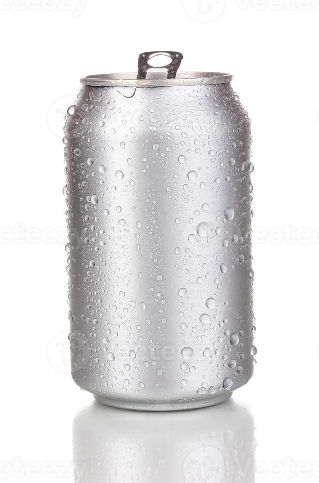 Abrir la lata de aluminio aislado en blanco foto
