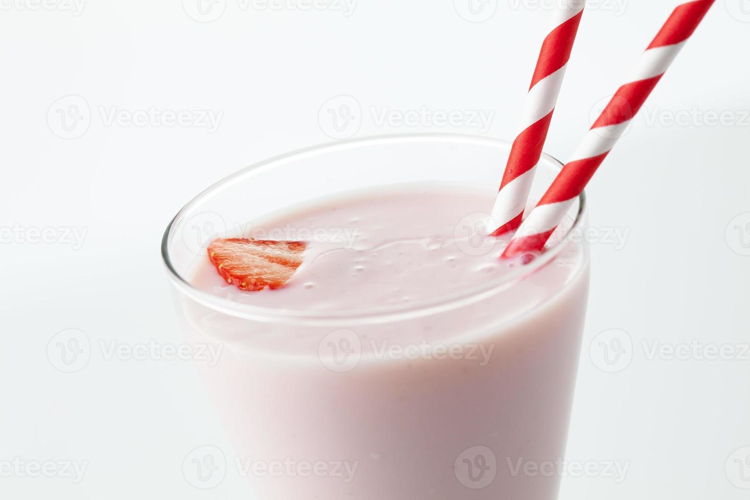 vaso con leche de fresa, pajitas, fresa foto