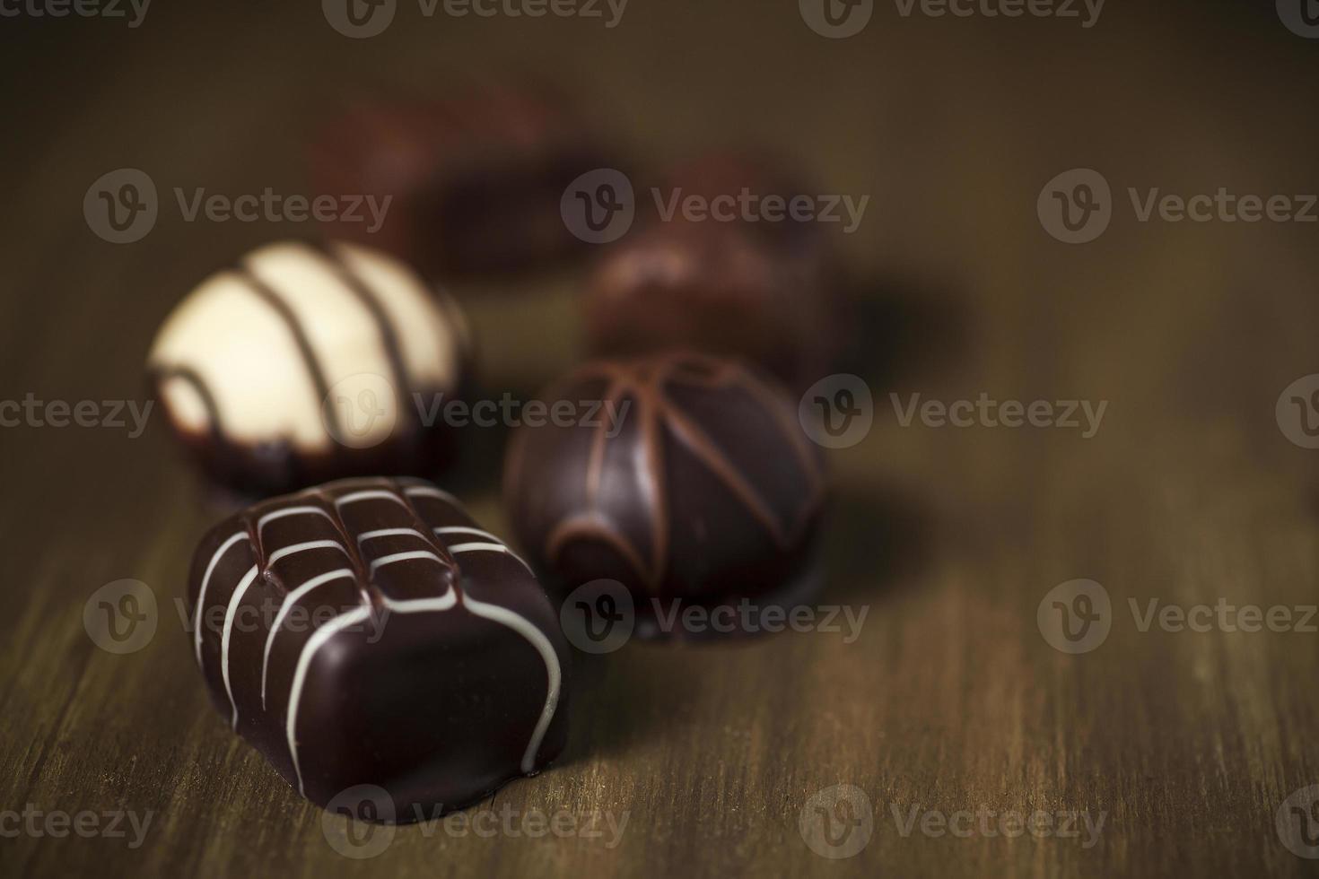 trufas de leche belga de lujo, chocolate blanco y chocolate negro foto
