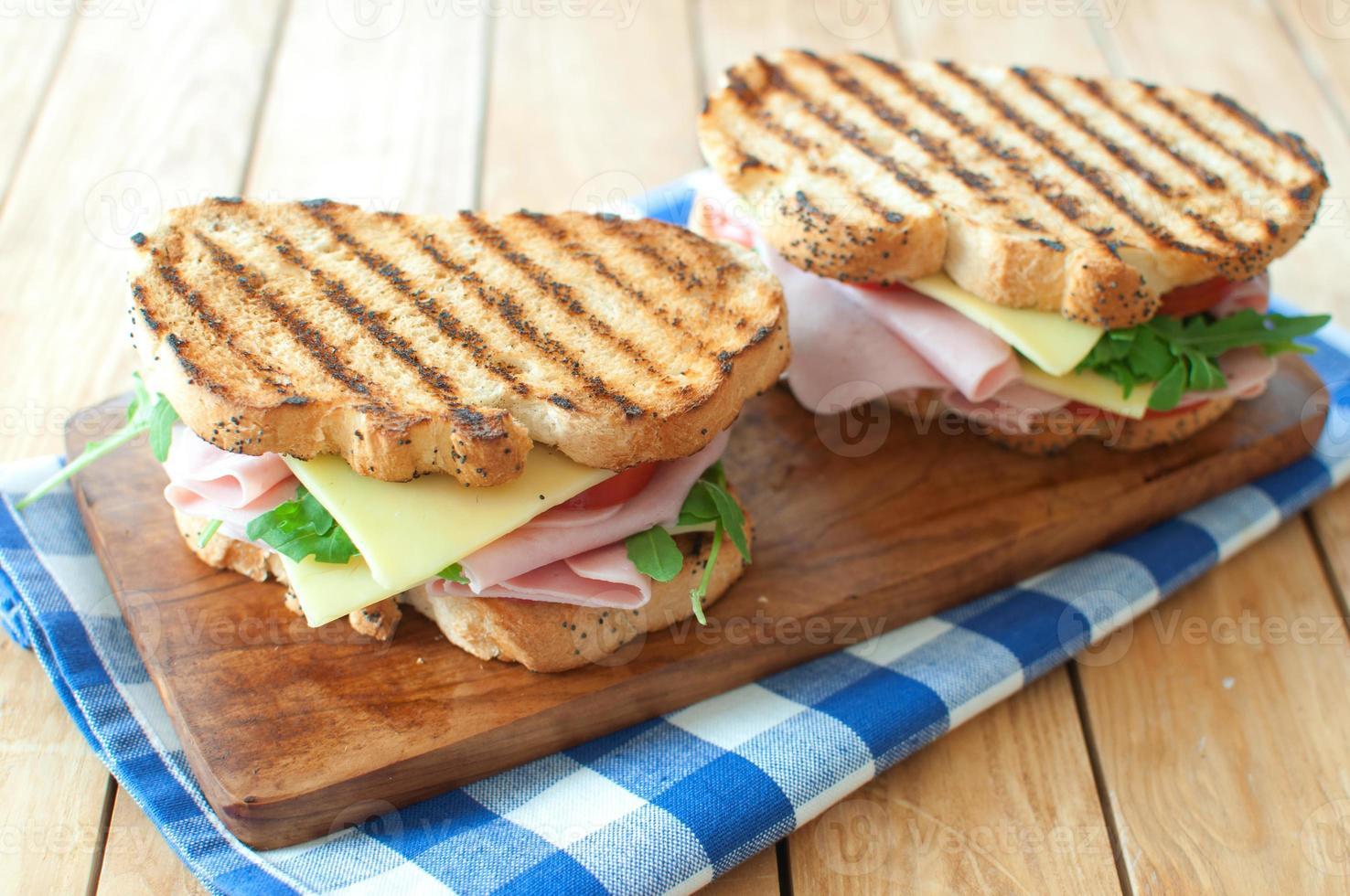 sándwiches a la parrilla foto