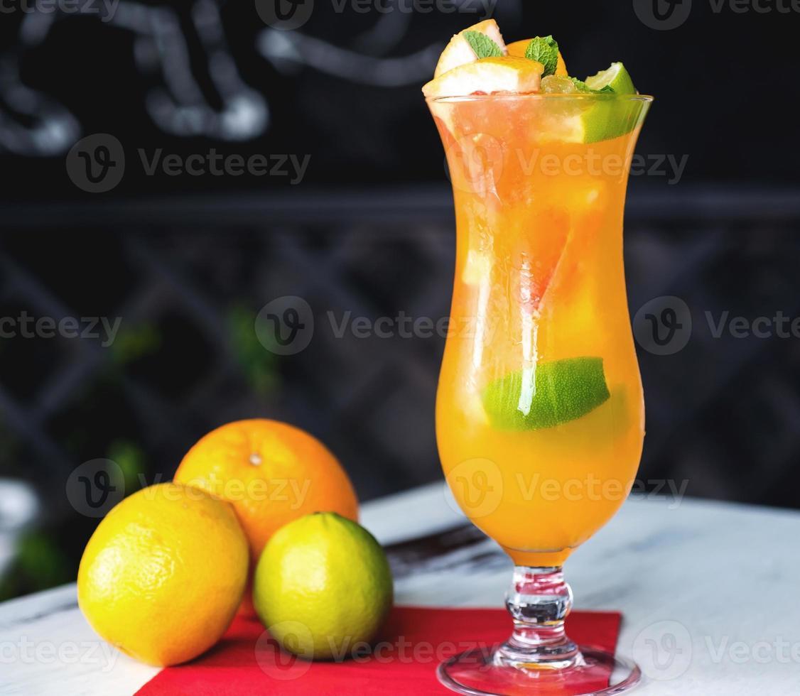Cóctel de naranja sobre la mesa de madera rústica enfoque selectivo. foto