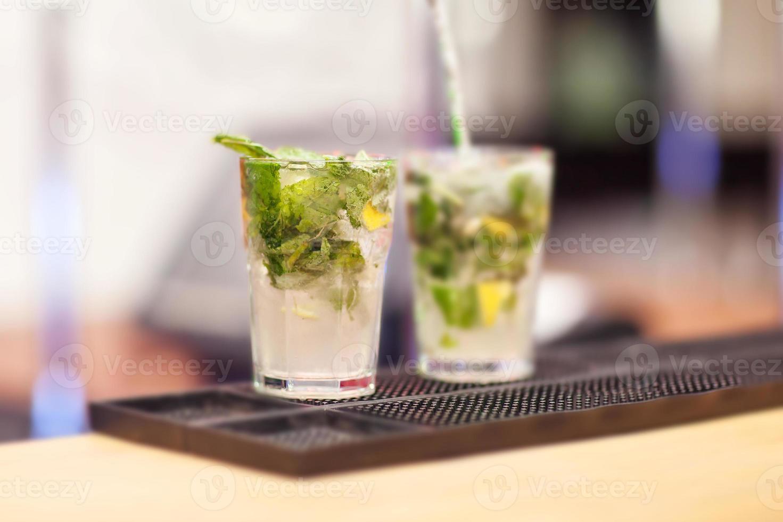 dos cócteles de mojito en una barra de bar foto