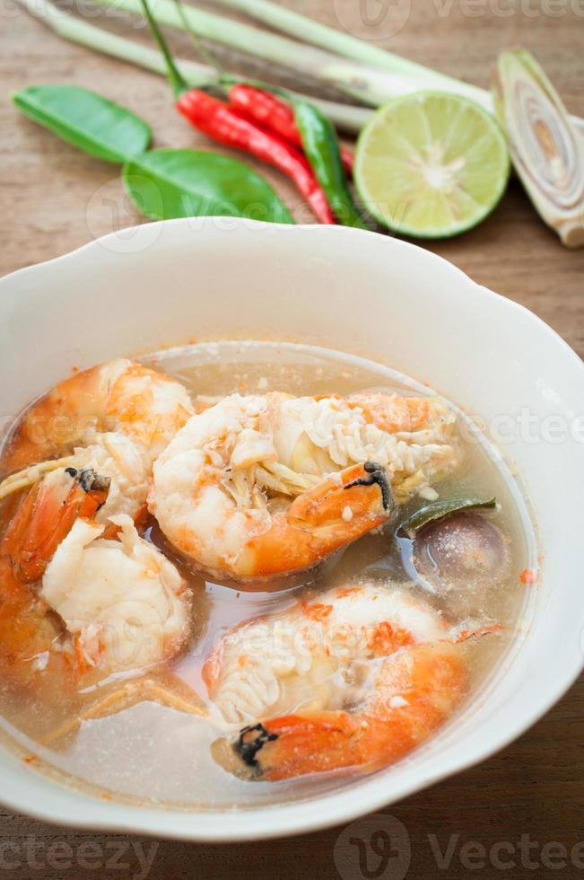 sopa de especias tailandesas tom yum goong foto