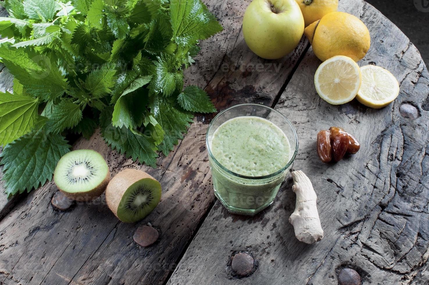 agite las ortigas con kiwi y manzanas foto