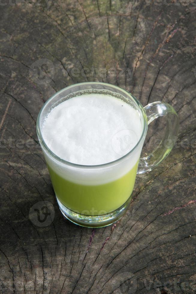 té verde sobre madera foto
