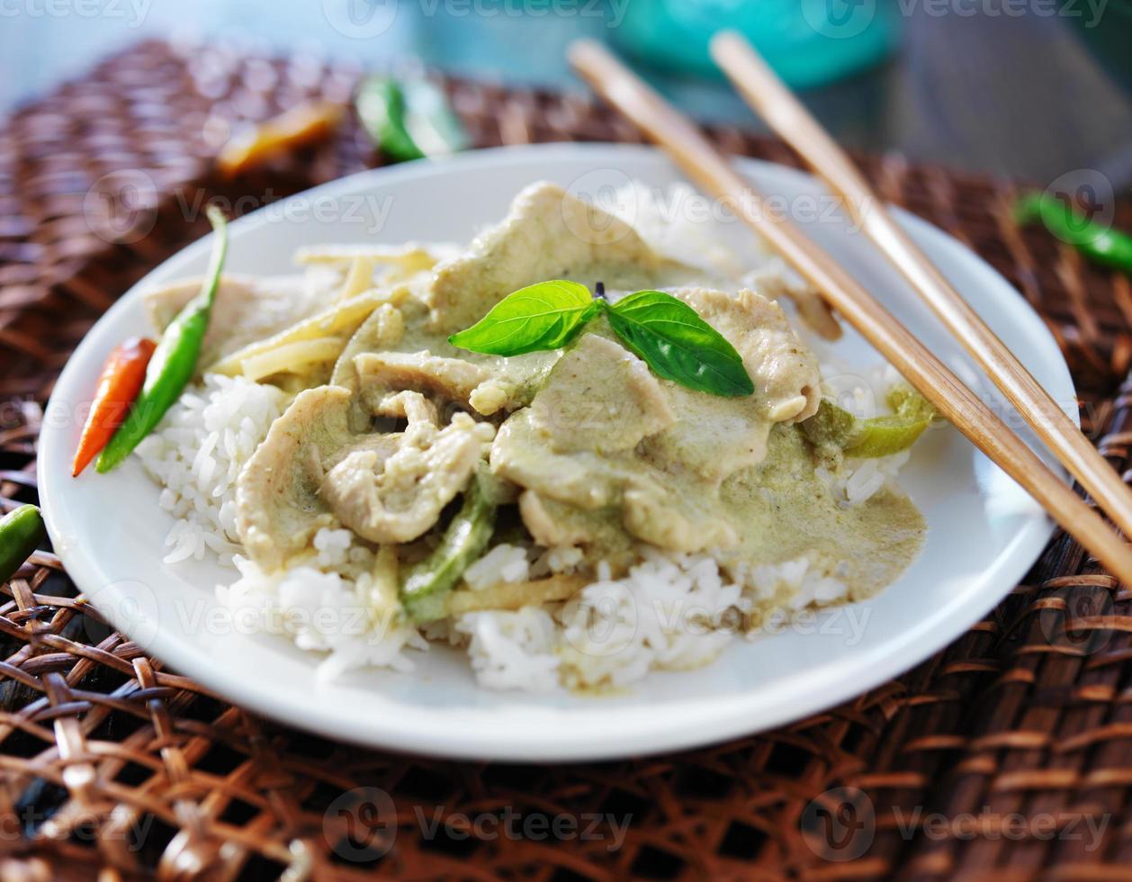 curry verde tailandés con pollo con arroz jazmín foto
