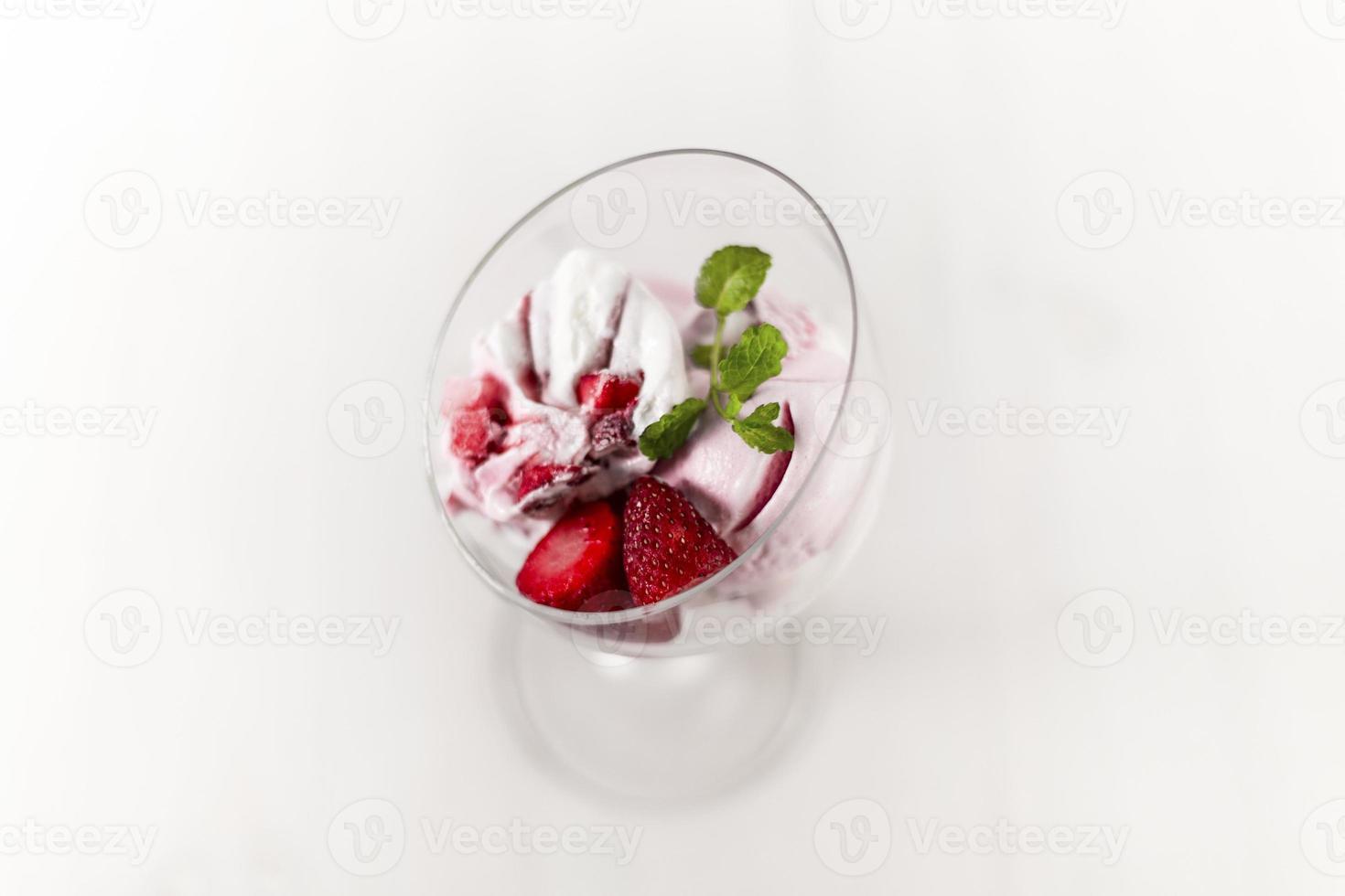 Strawberry yoqurt icecream photo