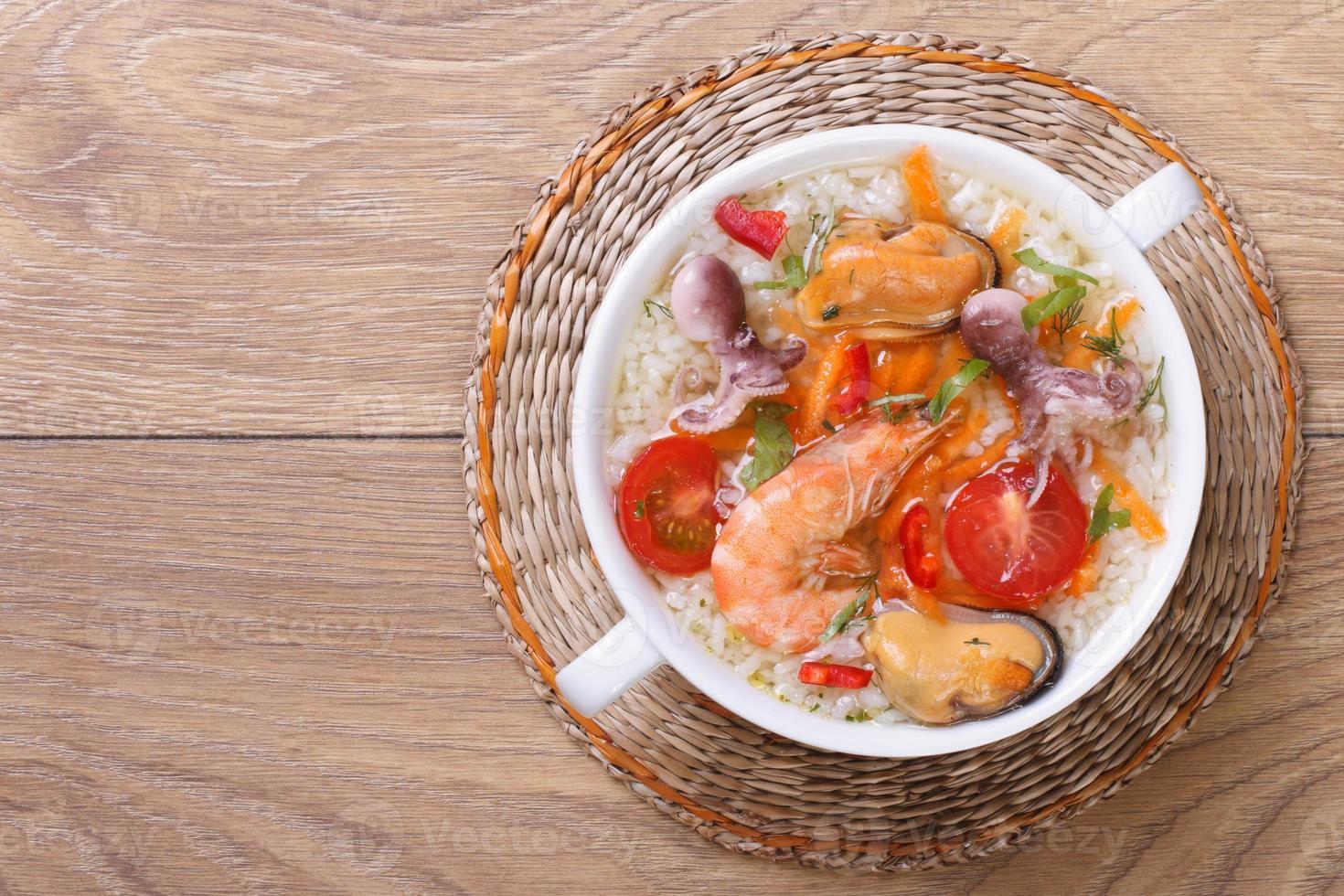 sopa de arroz con mariscos en la vista superior de primer plano de la mesa foto