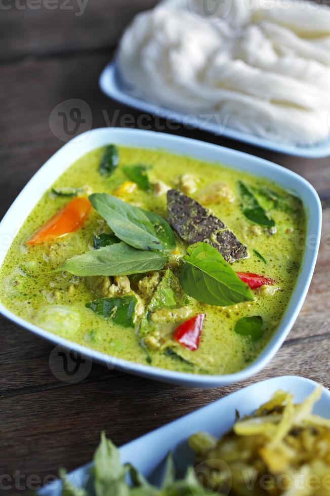cerrar pollo al curry picante tailandés foto
