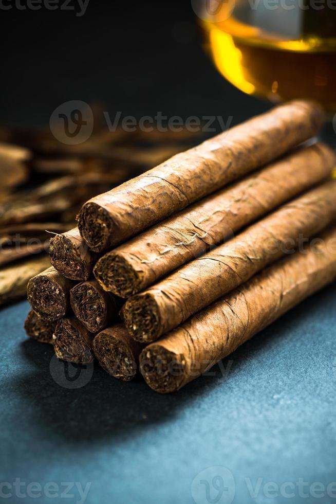 pila de auténticos cigarros cubanos foto