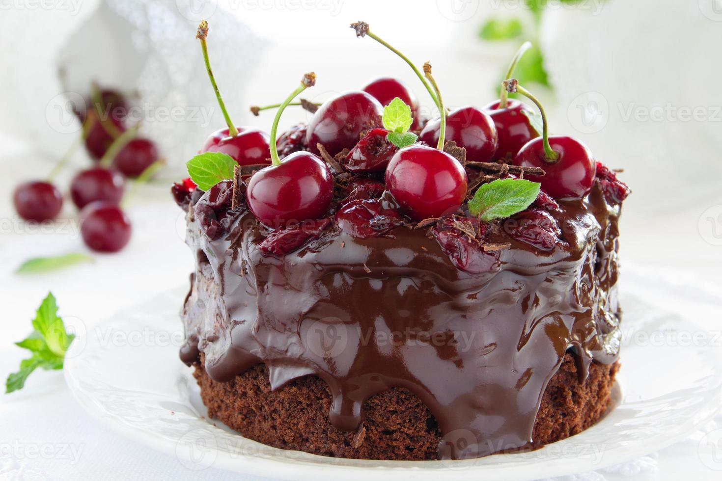 pastel de chocolate con cerezas foto