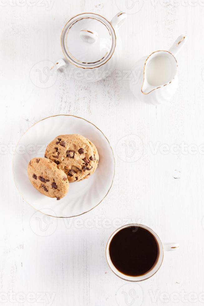 galletas de café y chispas de chocolate en la mesa blanca foto