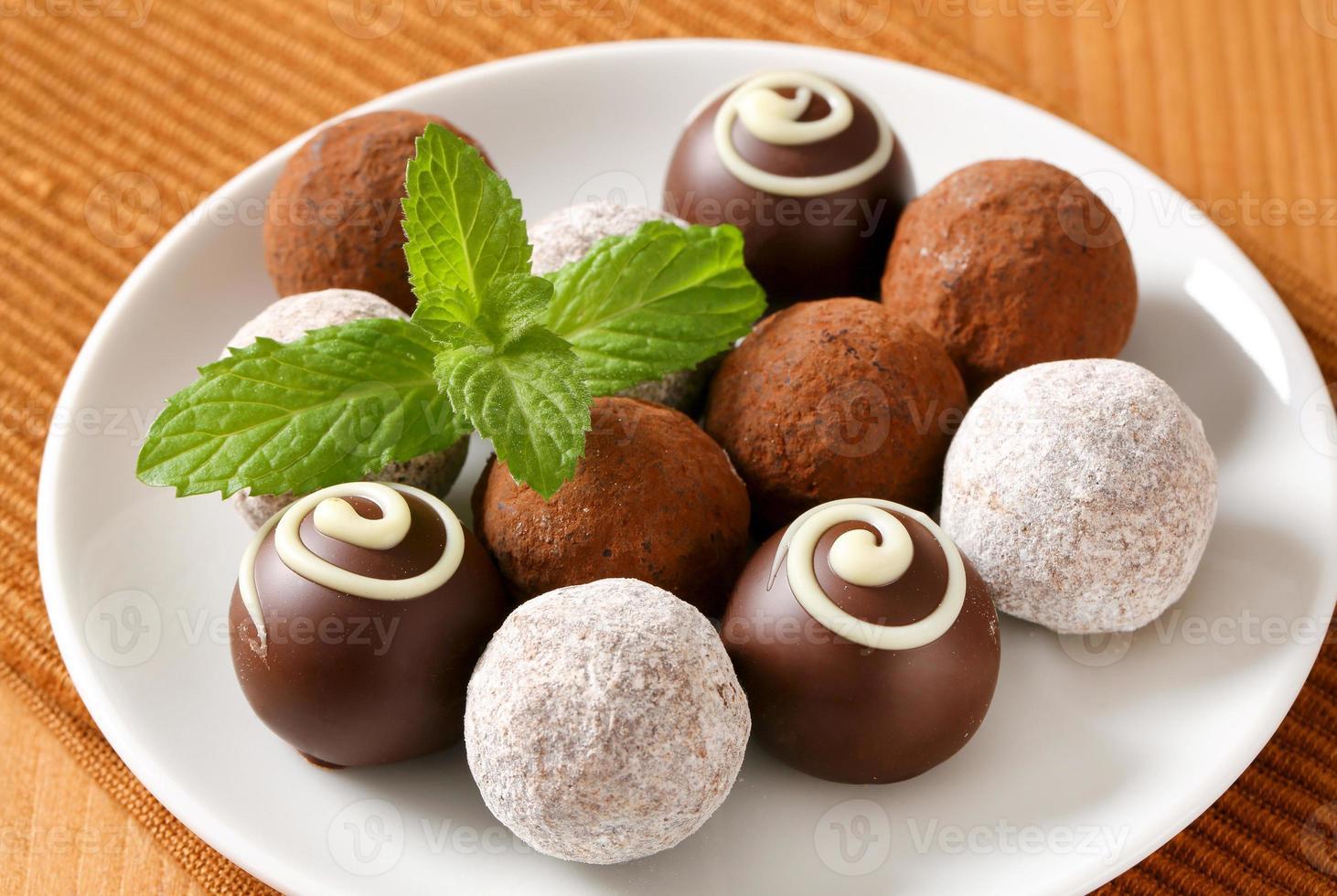 trufas de chocolate variadas foto