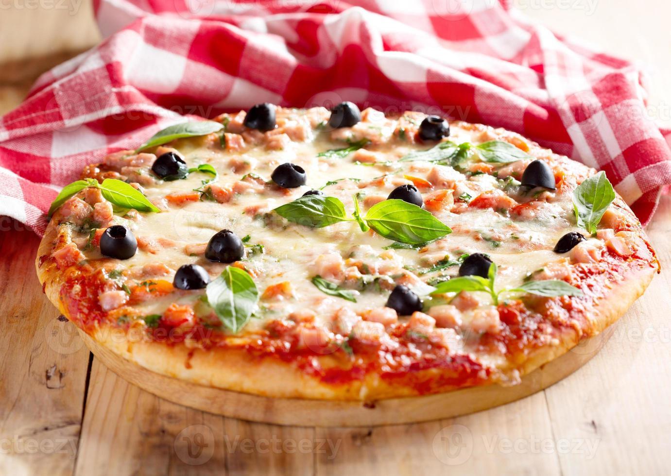 pizza con jamón y aceitunas foto