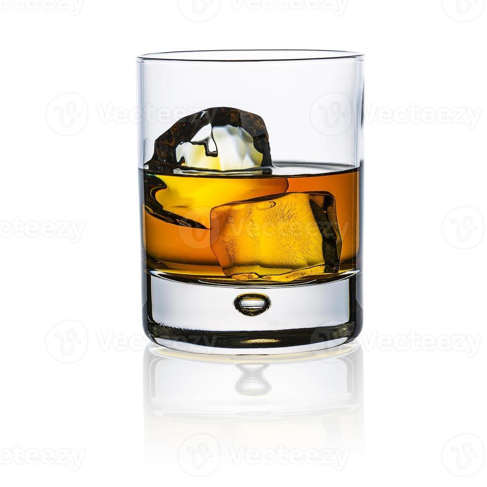 vaso de whisky aislado en blanco foto