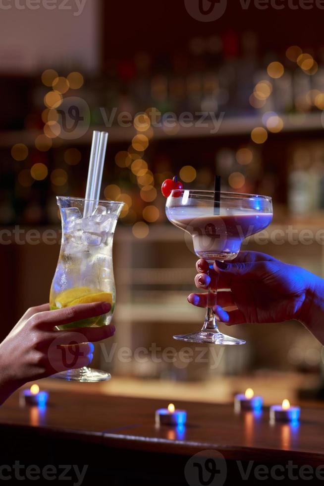 Cerca de bebidas coloridas foto
