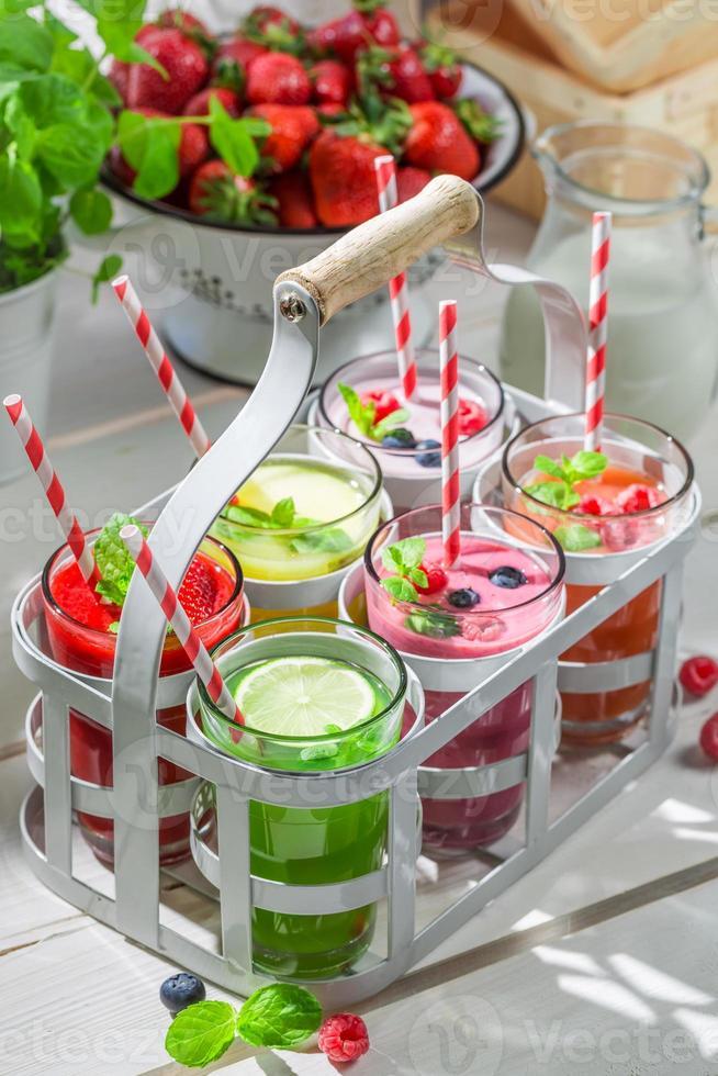 cóctel de verano con frutas frescas foto