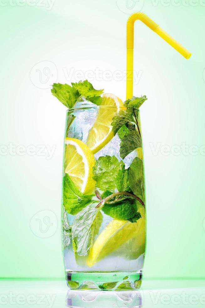 cóctel con menta y limón foto