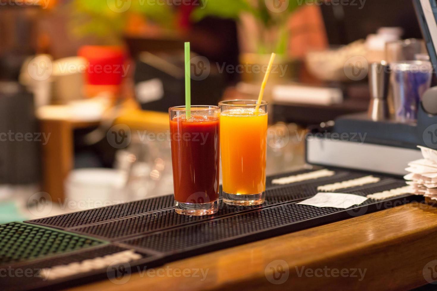 jugo de tomate y naranja foto