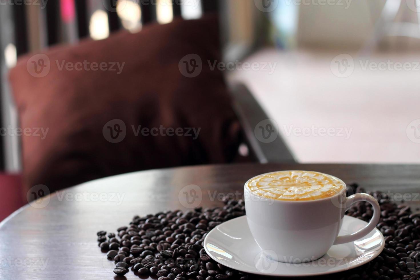 café con caramelo en una taza blanca foto