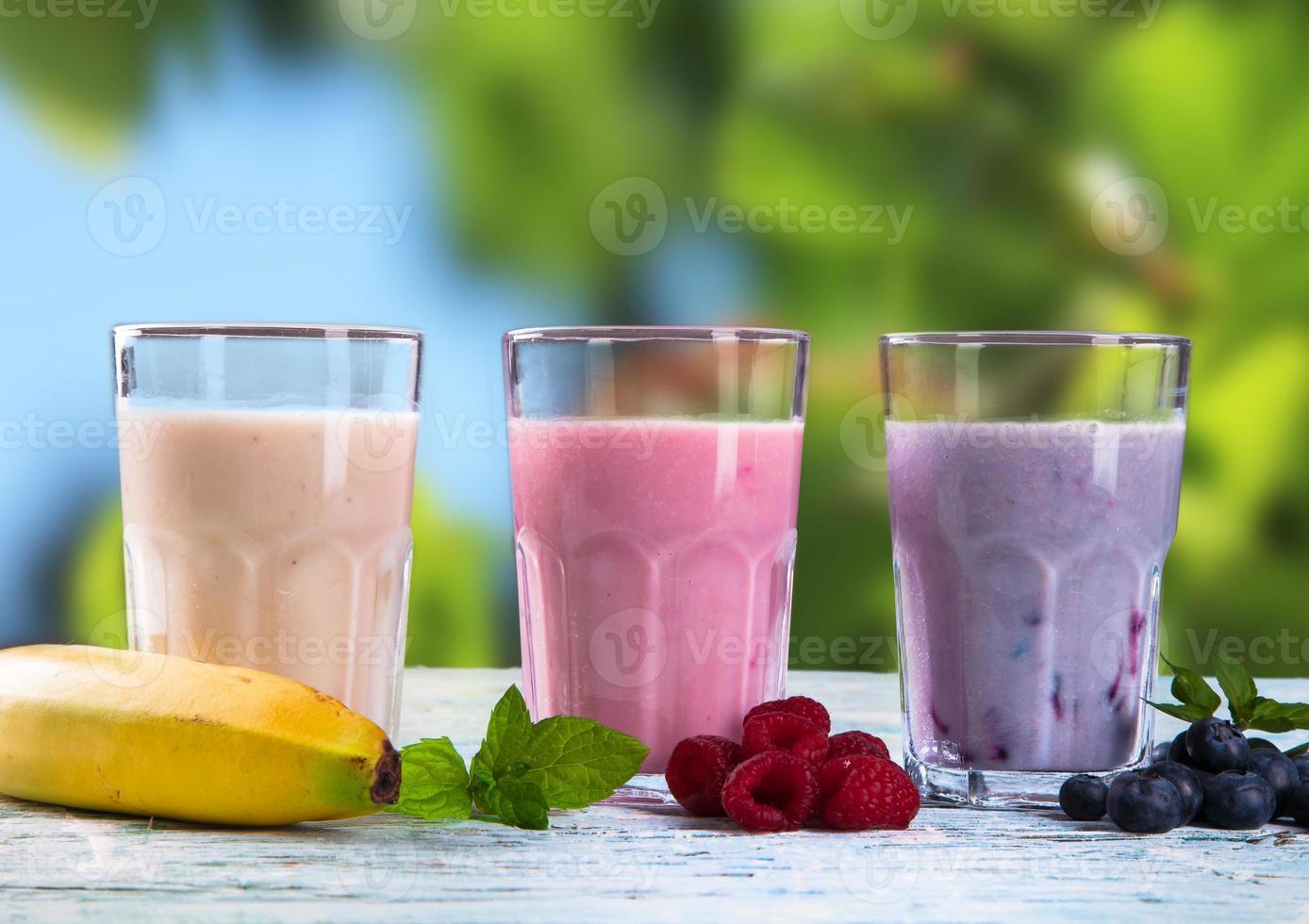batido de leche de frutas frescas en madera foto