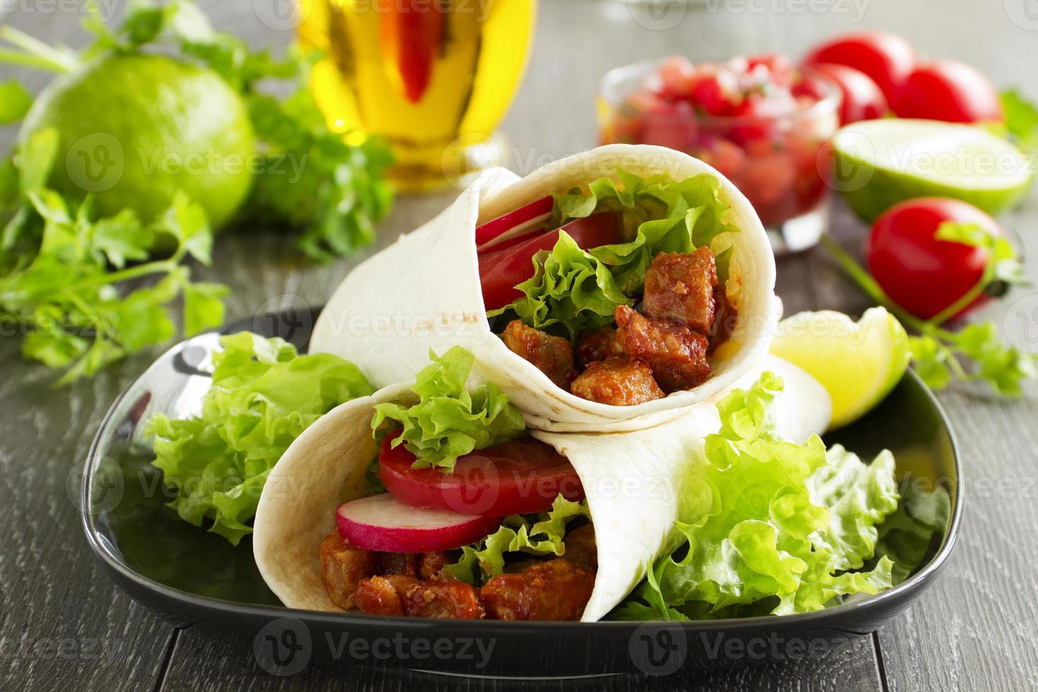 burrito con carne de cerdo y tomate. foto
