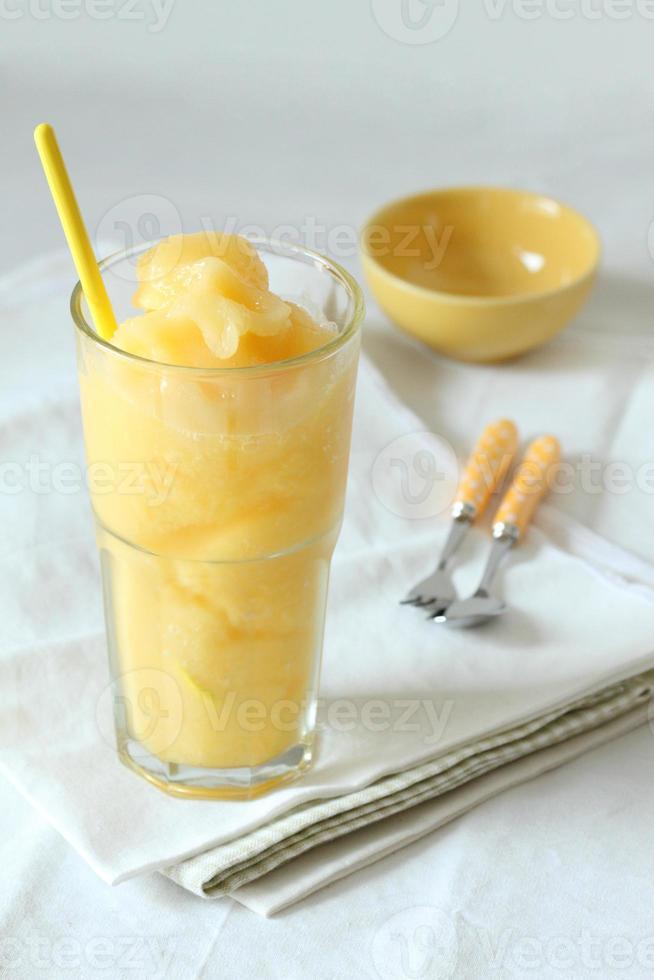 Batidos de mango y maracuyá bebidas sobre fondo blanco. foto